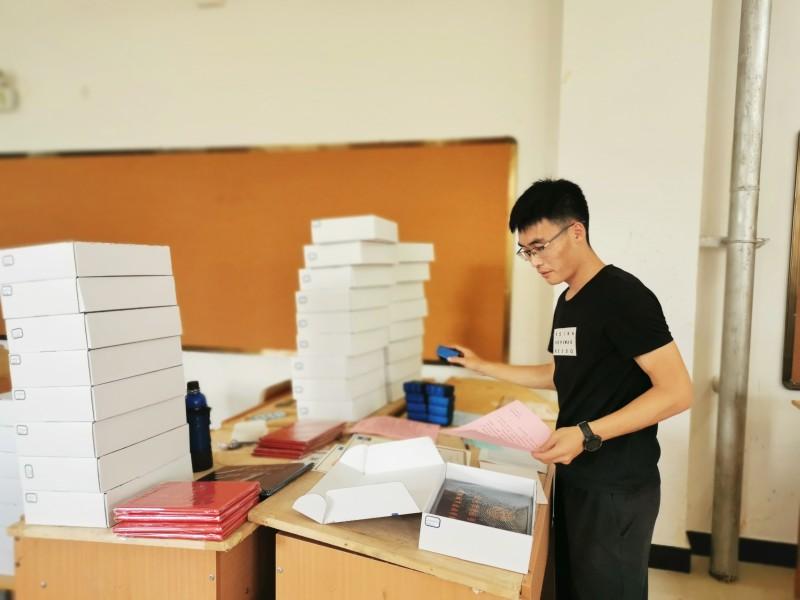 建筑与规划学院制作毕业礼盒邮寄给毕业生1