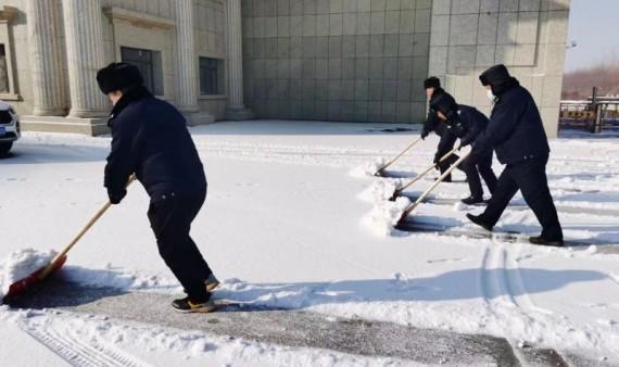 清扫积雪—校卫大队在行动