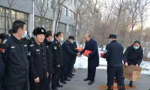 学校领导看望春节坚守岗位的教职工