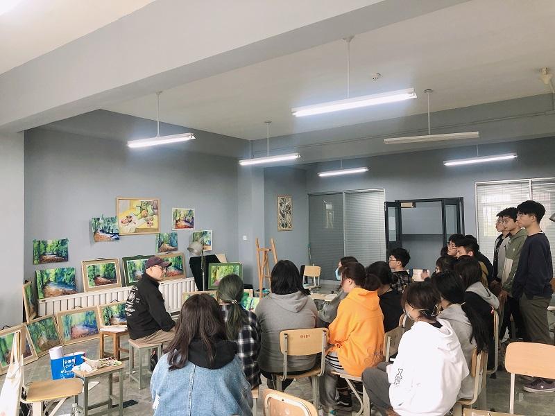 建筑与规划学院组织开展《建筑美术(色彩)》课程评图活动 (2)